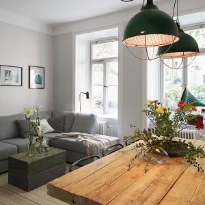 W salonie połączonym z jadalnią dominują naturalne materiały. Fot. Fantastik Frank.