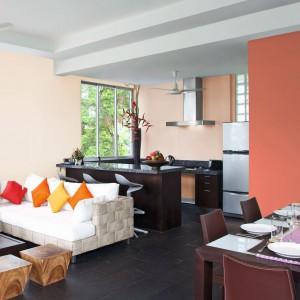 Ciepły pomarańczowy kolor ścian doskonale skomponuje się z jasna morelką. Fot. Tikkurila.