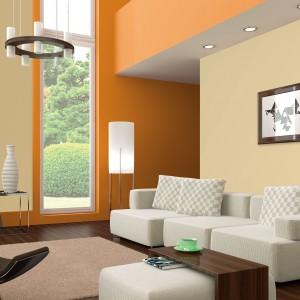 Soczyste pomarańcze doskonale skomponują się z jasnymi, stonowanymi barwami. Jako mocny akcent stylistyczny doskonale sprawdzą się nie tylko w salonie. Fot. Dekoral.