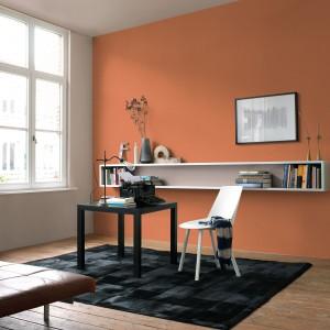 Ciepłe pomarańcze idealnie podkreślą jesienny klimat wnętrza. Stosowane z umiarem będąc cieszyć przez cały rok. Fot. Dulux.