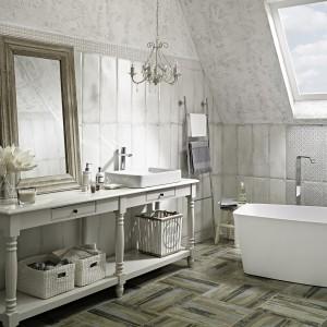 Płytki podłogowe Arke z oferty Ceramiki Paradyż imitują postarzane deski. Wraz płytkami ściennymi Antico nadają łazience rustykalny klimat. Fot. Paradyż.