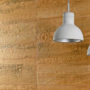 Płytki z kolekcji Drevo Ceramstic są stylizowane  na deski z trzech gatunków drewna: świerku skandynawskiego, dębowych desek lub afrykańskie drewno dahoma; ozdobione są kilkoma różnymi rysunkami drewna. Fot. Ceamstic.