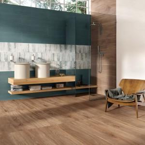 Kolekcję Model marki Supergres uzupełniają płytki podłogowe o formacie i wzorze naturalnego drewna, w ciepłym, głębokim odcieniu. Fot. Supergres.