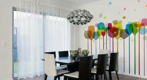 Malowniczy krajobraz, kolorowa grafika czy wzorzysta tapeta? Zobaczcie jak można wykończyć ściany w jadalni.