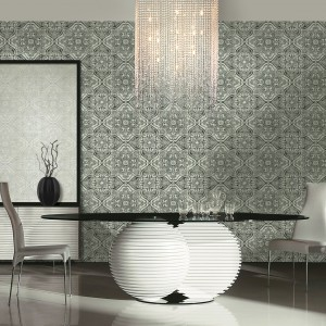 W stylu glamour. Designerski stół, efektowne oświetlenie i klasyczna wzorzysta tapeta w odcieniu poszarzałej zgniłej zieleni tworzą elegancki, wyszukany nastrój we wnętrzu. Fot. Eksim.