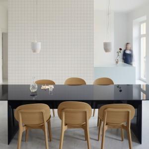 Ściana pełniąca funkcję elementu odgraniczającego kuchnię od jadalni została pokryta tapetą imitującą mozaikę z płytek. Fot. JVD.
