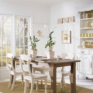 Klasyczna jadalnia ze stylizowanymi meblami nie potrzebuje mocnych akcentów dekoracyjnych na ścianie. Postawiono zatem na klasyczną, ponadczasową biel. Fot. Benjamin Moore.