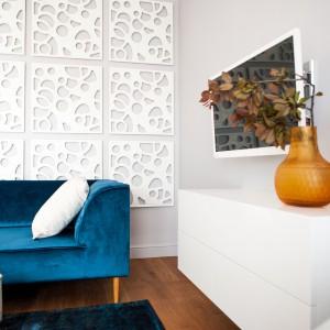 Przyciągającym wzrok akcentem dekoracyjnym w salonie jest ażurowy panel naścienny, wykonany z MDF-u. Projekt: Arkadiusz Grzędzicki. Fot. Adam Ościłowski, panadam.pl.