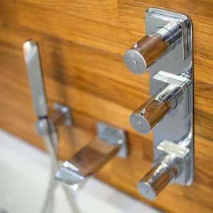 Wbrew pozorom drewno egzotyczne to świetny materiał do łazienek. Jest trwałe, odporne na wodę, a przy tym prezentuje się zjawiskowo. Projekt: Arkadiusz Grzędzicki. Fot. Adam Ościłowski, panadam.pl.