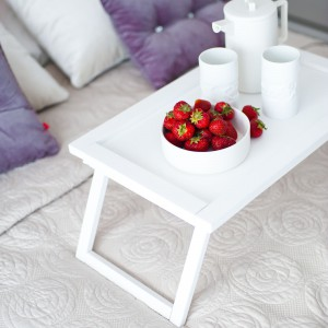 Uzupełnieniem jasnej, eleganckiej sypialni jest biały stolik śniadaniowy. Projekt: Arkadiusz Grzędzicki. Fot. Adam Ościłowski, panadam.pl.