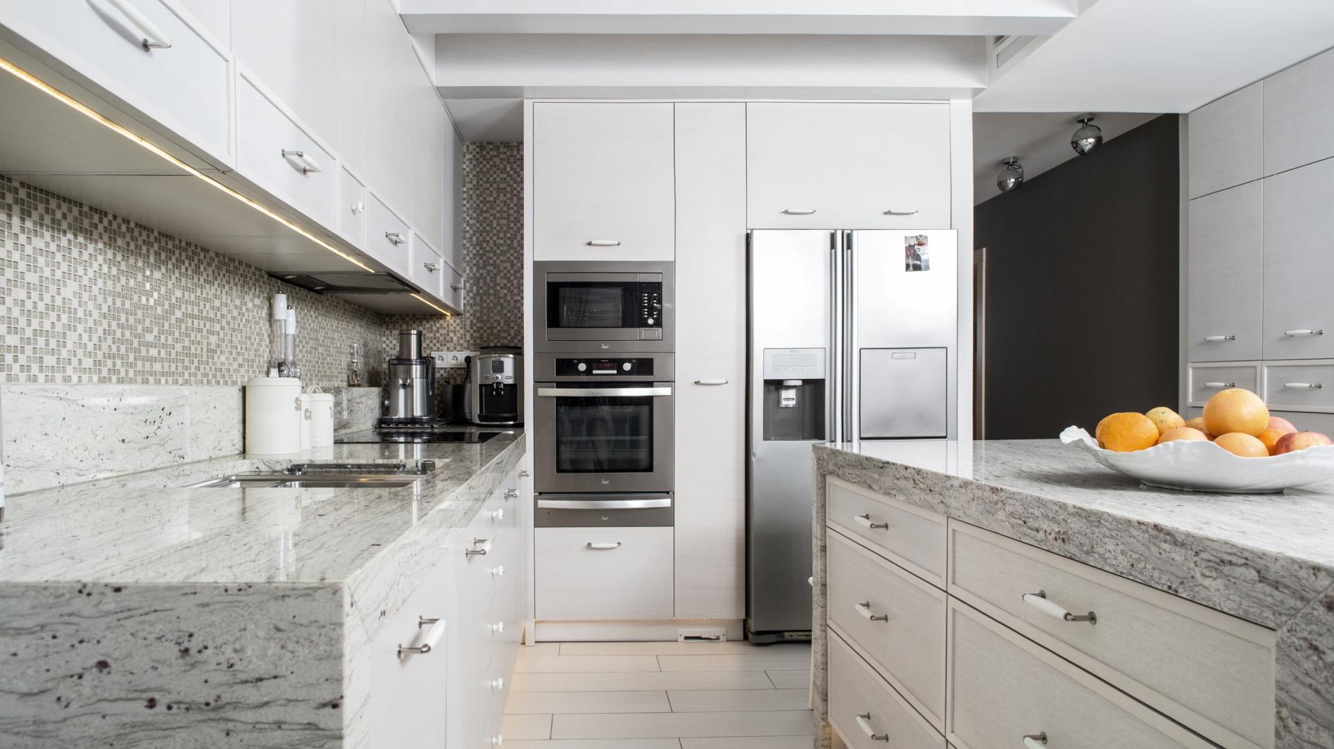 Kamień naturalny w kuchni – realizacja MSG Granit. Fot. WKB.