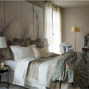 Delikatne, lekkie tkaniny przepuszczające światło dobrze sprawdzą się w każdej sypialni. Fot. Zara Home.