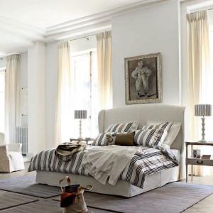 Bardzo wysokie okna sypialni urządzonej w kamienicy wymagają przemyślanej aranżacji. Fot. Roche Bobois Paris.