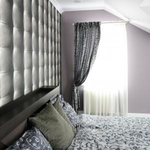 Sypialnia umieszczona na poddaszu wymaga przemyślanej aranżacji okna. Ciekawym rozwiązaniem jest upięcie zasłony z jednej strony. Projekt: Karolina Łuczyńska. Fot. Bartosz Jarosz.