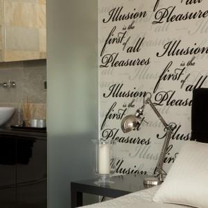 Jedynie szklane przepierzenie dzieli sypialnię od łazienki. Taka aranżacja nadaje wnętrzu hotelowy styl i zmienia domową sypialnie w prawdziwie luksusowy apartament. Projekt: Magdalena Smyk. Fot. Bartosz Jarosz.
