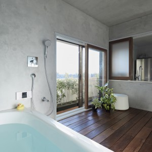 Ściany w łazience pokryto wodoodpornym tynkiem cementowym. Fot. Koichi Torimura.