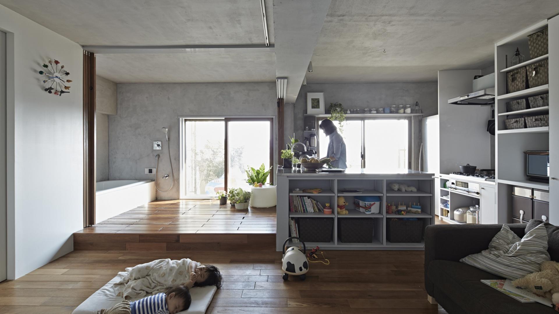 W jednym pomieszczeniu połączono wiele odrębnych funkcji. Fot. Koichi Torimura.