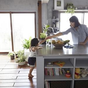 Otwarta na dwa kierunki kuchnia umożliwia nieograniczoną interakcję z domownikami podczas przygotowywania posiłków. Fot. Koichi Torimura.