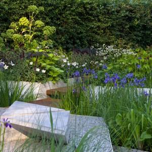 Proste, geometryczne kształty, ciekawe zestawienie różnych powierzchni. Proj. Hugo Bugg. Fot. RHS Chelsea Flower Show.