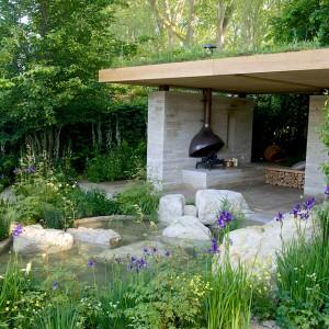 W ogrodzie przewidziano miejsce na kominek. Proj. Adam Frost. Fot. RHS Chelsea Flower Show.