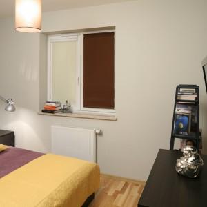 Na ścianie znajdującej się na przeciwko łóżka umieszczono telewizor. Takie rozwiązanie pomaga zaoszczędzić miejsce na komodzie. Projekt: Iza Szewc. Fot. Bartosz Jarosz.