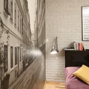 Czarno-biała fotografia umieszczona na całej szerokości ściany dodaje wnętrzu charakteru. Projekt: Iza Szewc. Fot. Bartosz Jarosz.