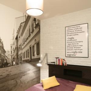 Przestrzenna fototapeta optycznie powiększa przestrzeń niewielkiej sypialni. Projekt: Iza Szewc. Fot. Bartosz Jarosz.