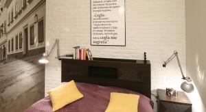 Połączenie białej cegły oraz czarno-białej fototapety pozwoliło na stworzenie przytulnej sypialni z charakterem.Mimo niewielkiego metrażu jest wygodna i przestronna.
