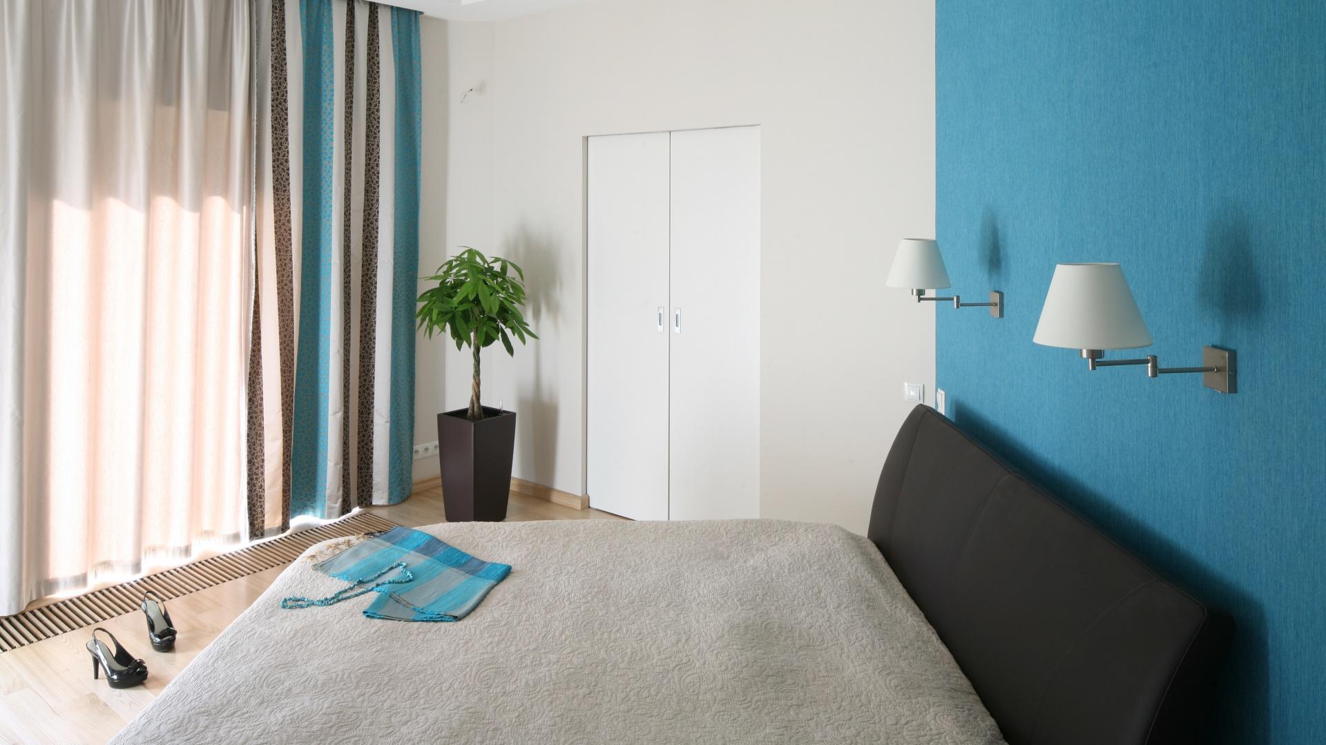 Zasłony w pionowe pasy nawiązują kolorystycznie do stylistyki sypialni. Projekt: Monika i Adam Bronikowscy. Fot. Bartosz Jarosz.