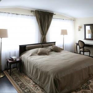 W sypialni urządzonej w tradycyjnym stylu zasłony stanowią ciekawą dekorację. Ich kolor nawiązuje do pozostałych tkanin w sypialni. Projekt: Małgorzata Goś. Fot. Bartosz Jarosz.