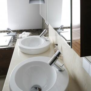 Oddzielna umywalka z lustrem dla każdego z użytkowników to podstawa wyposażenia łazienki dla dwojga. Projekt: Keen Property Partners. Fot. Bartosz Jarosz.