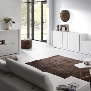 Komoda QU marki La Forma idealnie sprawdzi się w nowoczesnym salonie lub pokoju urządzonym w stylu skandynawskim. Wykonana jest z lakierowanego na biały lub szary mat MDF'u. Fot. Le Pukka.