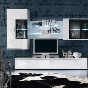 Czytelne, oszczędne w wyrazie linie meble Corano marki Bydgoskie Meble podkreślają minimalistyczny design kolekcji, zaś grafitowe przeszklenia, zamknięte w aluminiowych ramach, nadają lekkości geometrycznym bryłom. Fot. Bydgoskie Meble.