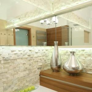 Szerokość blatu szafki odpowiada dokładnie szerokości ściany, co oznacza, że przechodzi również nad wanną. Dzięki temu można na nim położyć niezbędne podczas kąpieli kosmetyki iakcesoria. Fot. Bartosz Jarosz.