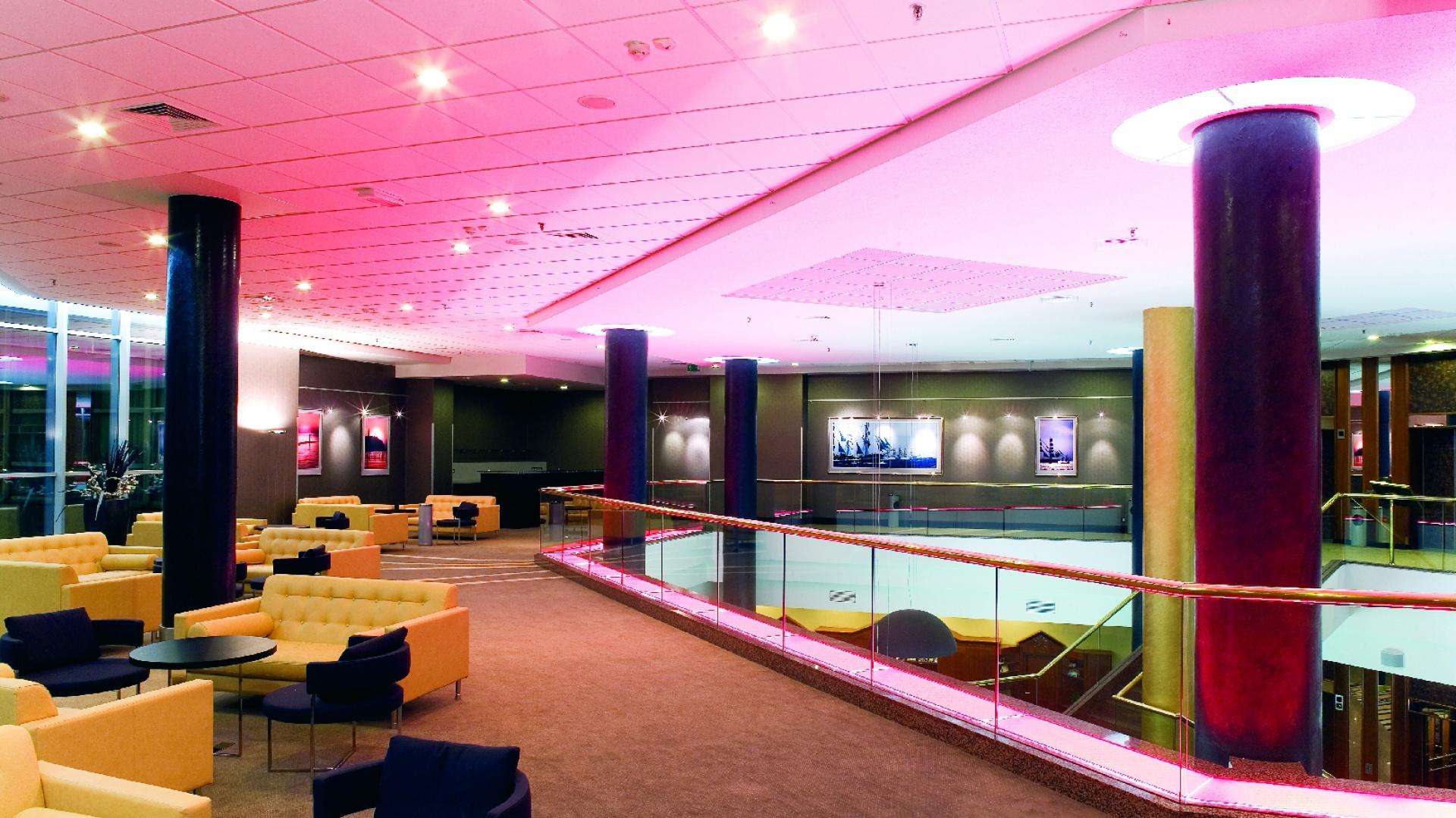 Lobby hotelowe i Foyer. Charakterystyczne czarne filary to odważny i bardzo charakterystyczny element aranżacji. Fot. Bartosz Jarosz i Studio Buczny Design