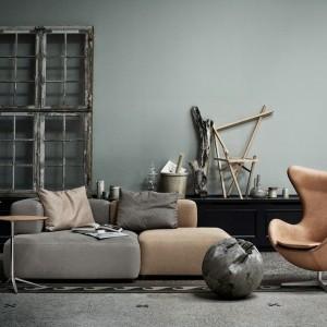 Sofa modułowa z oferty marki Fritz Hansen to mebel, który w parze z kultowym fotelem Egg zrobi furorę w każdym wnętrzu. Fot. Fritz Hansen.