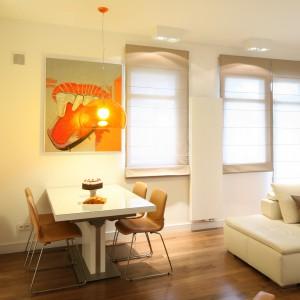 Miejsce na jadalnię wydzielono w przestrzeni salonu. Stół stanowi teraz subtelną granicę między częścią wypoczynkową a roboczą. Fot. Bartosz Jarosz.