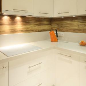 W tej kuchni białe są nie tylko meble, ale także sprzęt AGD oraz zlewozmywak. Fot. Bartosz Jarosz.