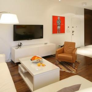 Drewniana podłoga pięknie ociepla strefę salonu. Wyznacza także jego granice. Fot. Bartosz Jarosz.