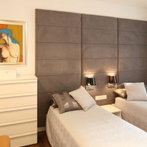 Szara, tapicerowana ściana nadaje sypialni elegancki charakter. Fot. Bartosz Jarosz.