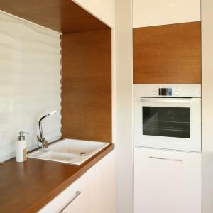 Przestrzeń nad kuchennym blatem zdobią panele 3D, zabezpieczone szkłem. Fot. Bartosz Jarosz.