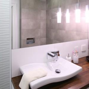 Łazienka utrzymana jest w szaro-białej kolorystyce. Umywalka nawiązuje formą do motywu fali. Fot. Bartosz Jarosz.