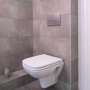 Zastosowanie płytek z tej samej kolekcji na podłodze oraz ścianie sprawia, że wnętrze jest wyjątkowo spójne.Fot. Bartosz Jarosz.