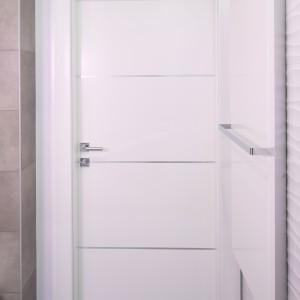 Biały grzejniki i prostej formie doskonale wypisuje się w nowoczesną stylistykę łazienki. Fot. Bartosz Jarosz.
