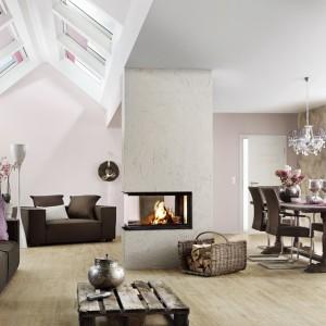 Prosta, nowoczesna forma obudowy kominka marki Brunner stanowi umowną granicę między salonem a jadalnią. Fot. Brunner.