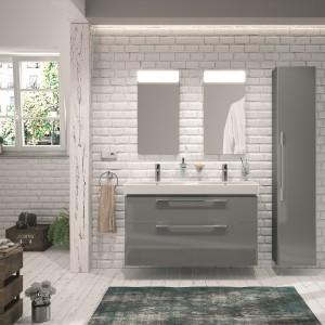 Meble z serii Traffic marki Koło lakierowane na kolor szary efektownie prezentują się w aranżacji łazienki w stylu loft. Fot. Koło.