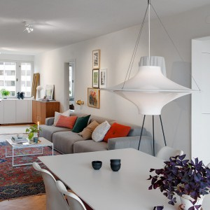 Salon i jadalnia tworzą jedną wspólną przestrzeń, rozciągającą się na długość 12 metrów. Od strony południowej i północnej pomieszczenia wieńczą je duże okna, doświetlające wnętrze z dwóch stron. Fot. Alvhem Makleri.