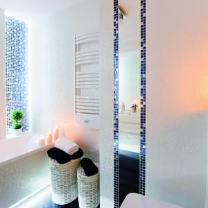 W łazience dla rodziny nie mogło zabraknąć wanny. Za nią umieszczone zostały źródła światła LED. Projekt: Izabela Balbus. Fot. Marta i Michał Rudiak.