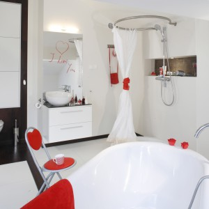 Meble, wyposażenie i okładziny są w kolorze białym. Wnętrze ożywiają czerwone dodatki. Projekt: Katarzyna Merta-Korzniakow. Fot. Monika Filipiuk-Obałek.