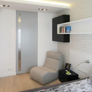 Białą ścianę połączono z jasną półką, która efektownie przełamuje ceglaną fakturę. Projekt: Monika i Adam Bronikowscy. Fot. Bartosz Jarosz.